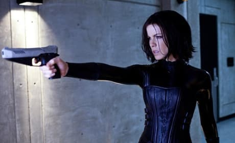 Underworld Awakening: Kate Beckinsale Strikes Selene Pose
