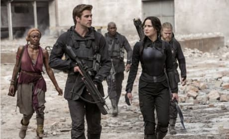 Liam Hemsworth Jennifer Lawrence Mockingjay Part 1