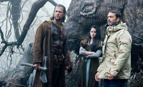 Snow White and the Huntsman Set Pic: Chris Hemsworth and Kristen Stewart