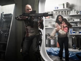 Matt Damon Alice Braga Elysium Still