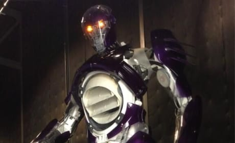 X-Men Days of Future Past: Bryan Singer Posts Pic of Sentinel & Himself!