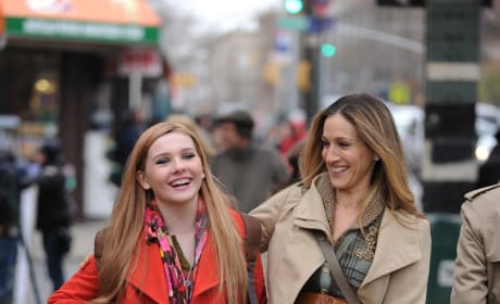 Abigail Breslin and Sarah Jessica Parker on New Year's Eve Set