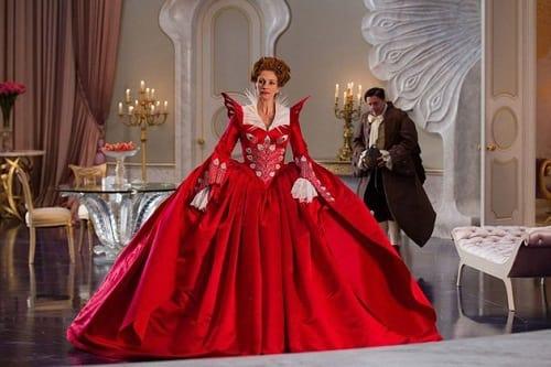 The Evil Queen in Mirror Mirror is Julia Roberts