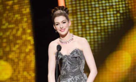 Anne Hathaway's Oscar Outfits #3