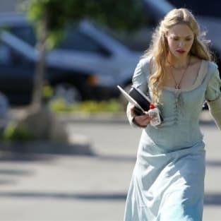 Amanda Seyfried Walks to Set