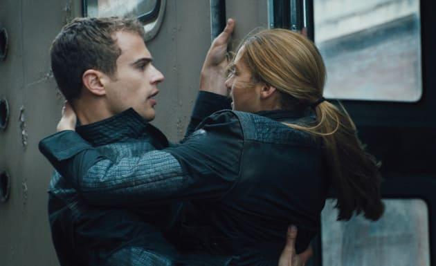 Theo James Shailene Woodley Star In Divergent
