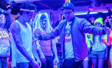 Neighbors Review: Seth Rogen & Zac Efron Battle, Audience Wins